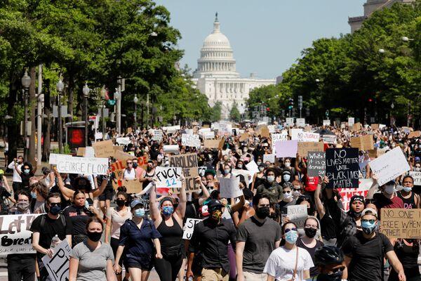 Марш протестующих у здания Капитолия в Вашингтоне  - Sputnik Узбекистан