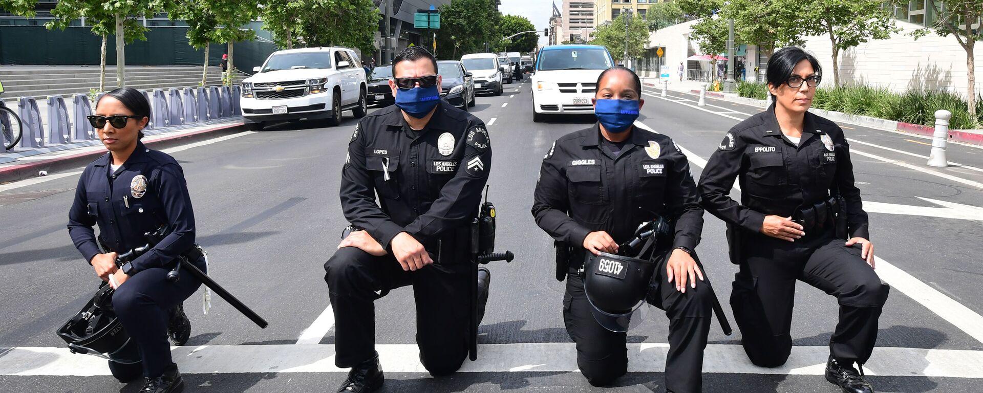 Сотрудники полиции Лос-Анджелеса преклоняют колени во время митинга в память о Джордже Флойде - Sputnik Узбекистан, 1920, 03.06.2020