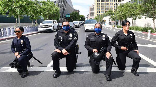 Сотрудники полиции Лос-Анджелеса преклоняют колени во время митинга в память о Джордже Флойде - Sputnik Узбекистан