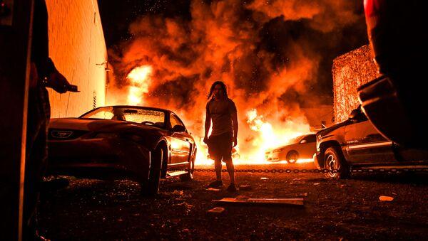Горящие автомобили на фоне беспорядков, произошедших после смерти Джорджа Флойда от рук полицейских в Миннеаполисе, США - Sputnik Ўзбекистон