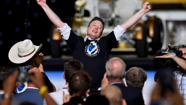 Основатель SpaceX  Илон Маск после запуска ракеты Falcon 9 - Sputnik Узбекистан