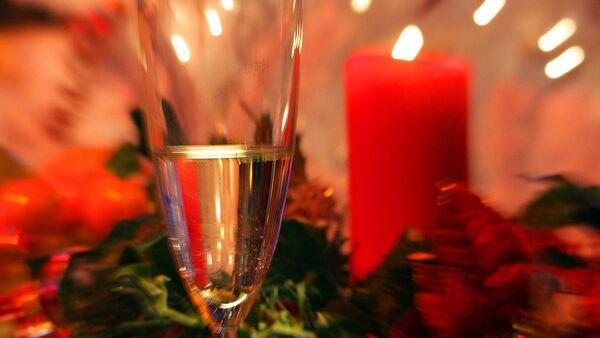 Бокал шампанского в новогоднюю ночь - Sputnik Узбекистан