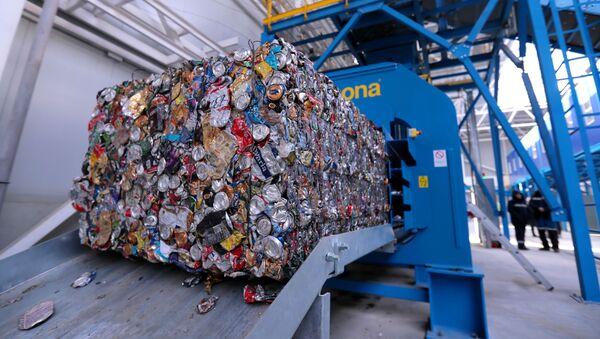 Спрессованные жестяные банки в комплексе по переработке отходов - Sputnik Узбекистан