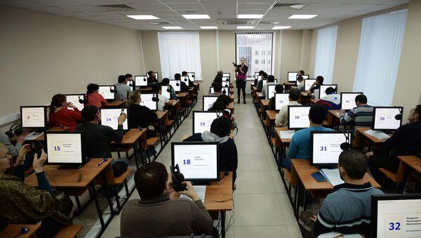 Иностранные граждане проходят электронное тестирование на знание русского языка - Sputnik Ўзбекистон