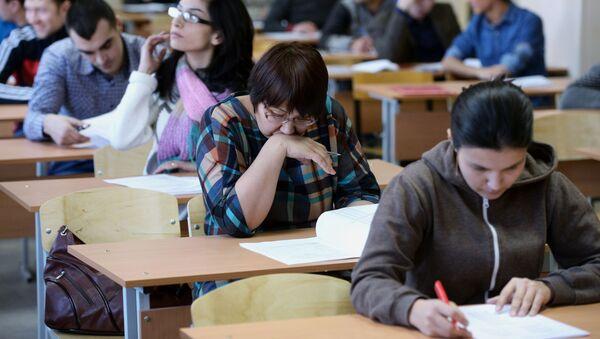 Сдача экзаменов в центре тестирования мигрантов - Sputnik Ўзбекистон