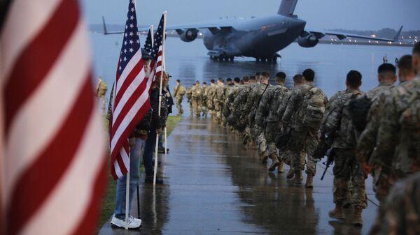 Американские военные, отправляющиеся в район операций Центрального командования США из Форт-Брэгг, Северная Каролина - Sputnik Ўзбекистон
