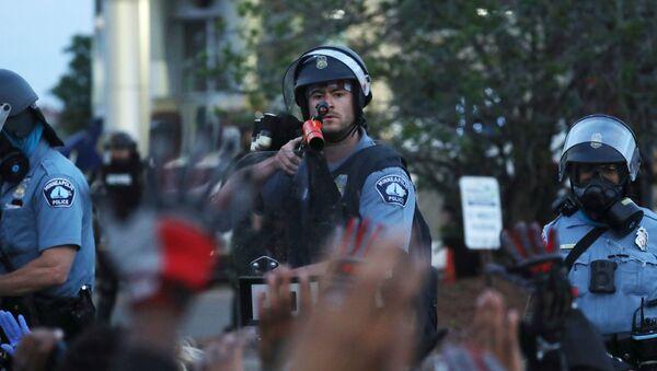 Sotrudniki politsii vo vremya aktsii protesta v Minneapolise - Sputnik Oʻzbekiston