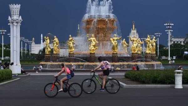 Посетители ВДНХ у фонтана Дружба народов - Sputnik Узбекистан