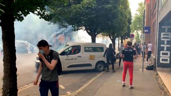 Французская полиция слезоточивым газом разогнала протестующих против расизма - Sputnik Ўзбекистон
