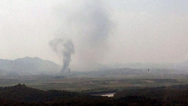 Дым над промышленным комплексом в городе Кэсон, КНДР - Sputnik Ўзбекистон
