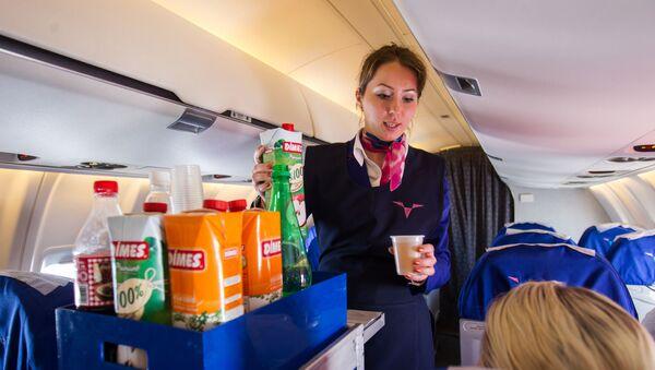 Стюардесса обслуживает пассажиров самолета - Sputnik Узбекистан