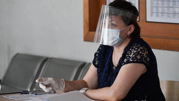 Jenщina v zaщitnoy maske - Sputnik Oʻzbekiston