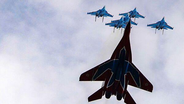 Истребители МиГ-29 и Су-30СМ пилотажных групп Русские витязи и Стрижи во время репетиции воздушной части парада Победы - Sputnik Узбекистан