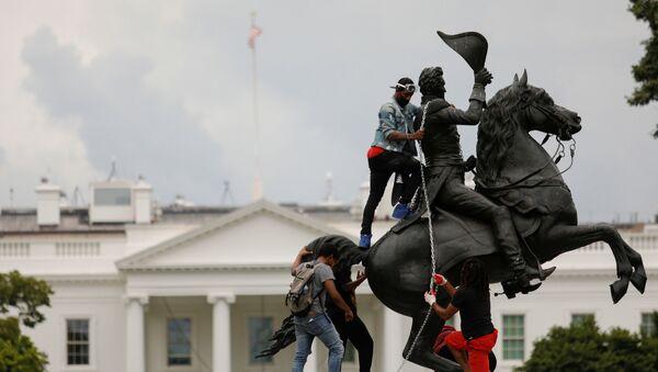 Протестующие в Вашингтоне во время попытки повалить статую Эндрю Джексона на площади Лафайет у Белого дома  - Sputnik Ўзбекистон
