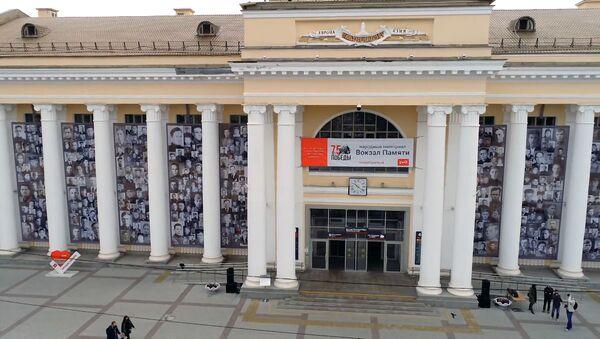 Портреты уральцев-фронтовиков украсили фасад вокзала в Екатеринбурге - Sputnik Узбекистан