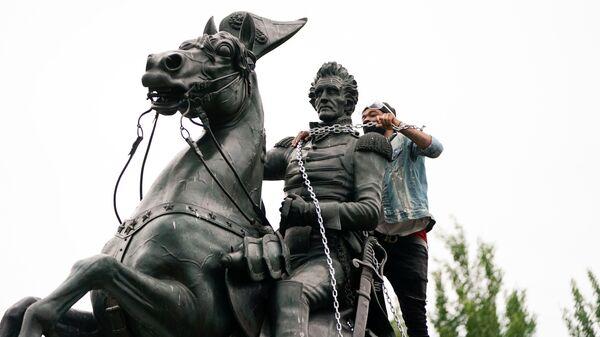 Протестующие во время попытки снести памятник президенту США Эндрю Джексону в Вашингтоне - Sputnik Ўзбекистон