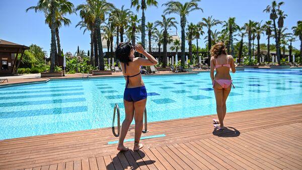 Turistki u basseyna roskoshnogo otelya v Antalye, Turtsiya - Sputnik Oʻzbekiston