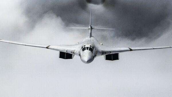 Стратегический бомбардировщик-ракетоносец Ту-160 во время воздушной части военного парада Победы в Москве - Sputnik Узбекистан
