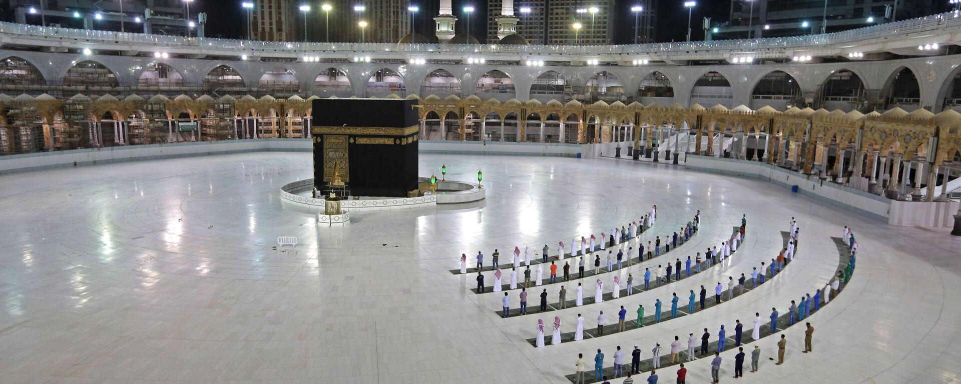 Верующие во время молитвы в Каабе, Саудовская Аравия - Sputnik Ўзбекистон, 1920, 08.07.2020