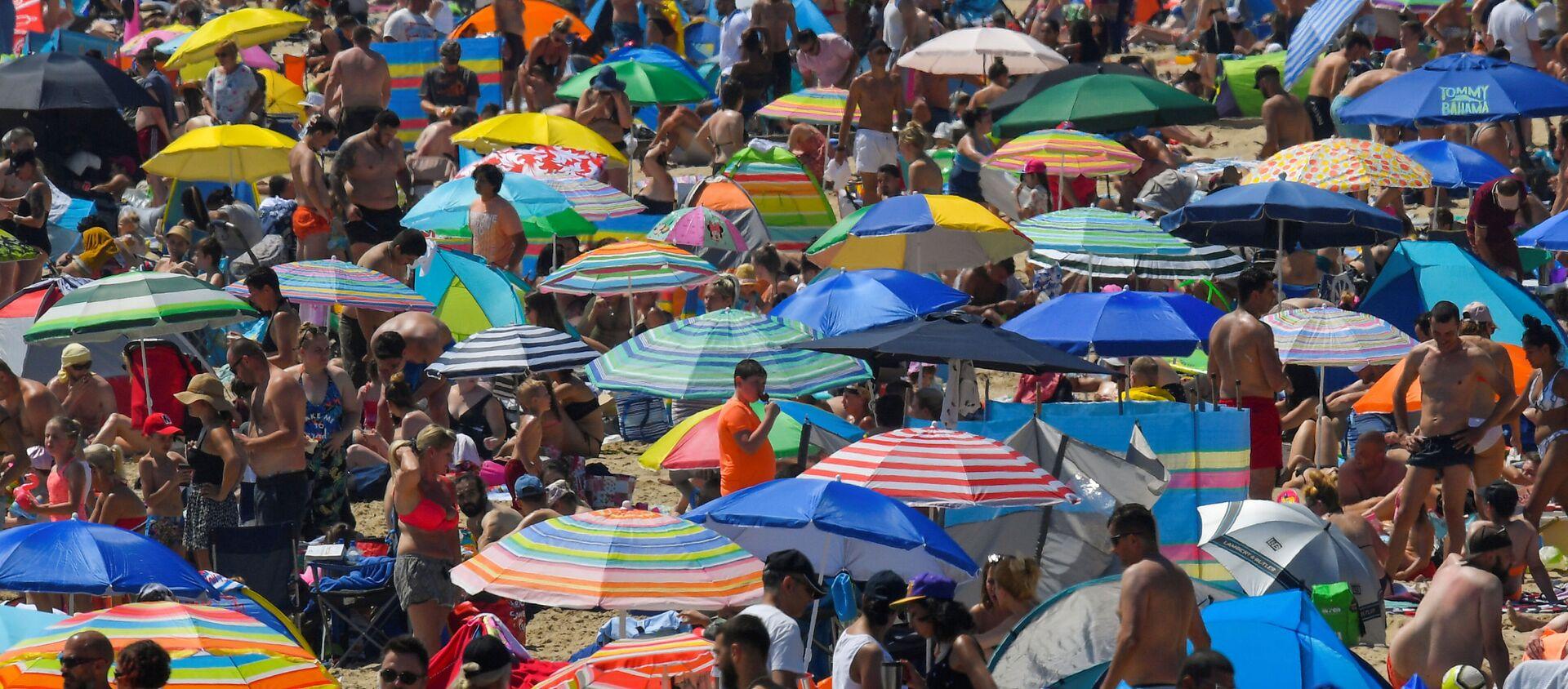 Люди наслаждаются жаркой погодой на пляже в Борнмуте, Великобритания - Sputnik Ўзбекистон, 1920, 09.07.2020