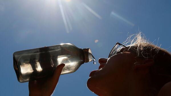Женщина пьет воду в парке в центре Брюсселя, Бельгия - Sputnik Ўзбекистон