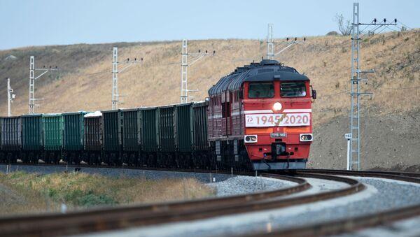 Zapusk dvijeniya gruzovыx poyezdov po Krыmskomu mostu - Sputnik Oʻzbekiston