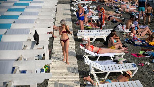 Sochi Tsirk plajida dam olayotgan turistlar. - Sputnik Oʻzbekiston