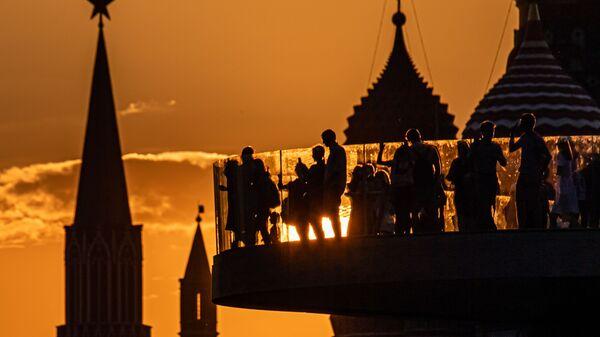 Башни Московского Кремля и купола Покровского собора на закате - Sputnik Узбекистан