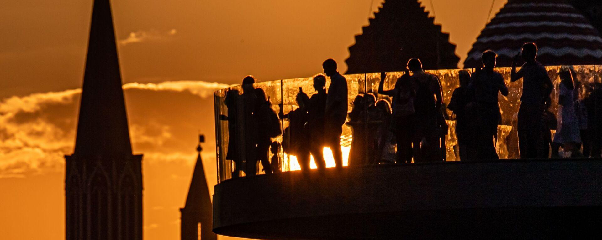 Башни Московского Кремля и купола Покровского собора на закате - Sputnik Узбекистан, 1920, 27.05.2021