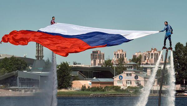 Спортсмены сборной России по гидрофлаю открывают празднование Дня России поднятием флага на Петровской косе в Санкт-Петербурге - Sputnik Ўзбекистон