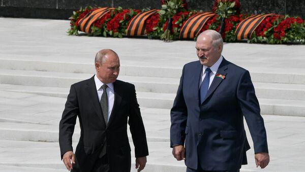 Prezident RF V. Putin i prezident Belarusi A. Lukashenko otkrыli Rjevskiy memorial Sovetskomu soldatu - Sputnik Oʻzbekiston