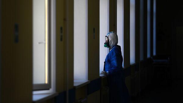 Врач у окна в госпитале для лечения зараженных коронавирусной инфекцией COVID-19 - Sputnik Узбекистан