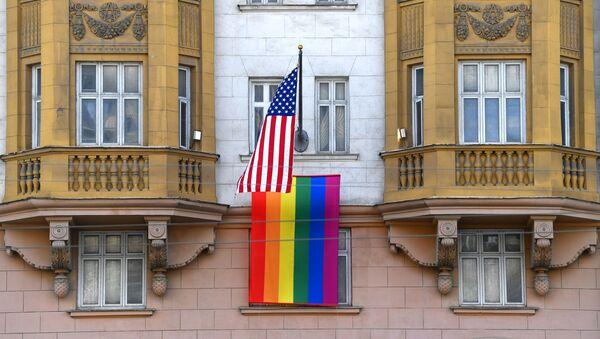 Флаг ЛГБТ-сообщества на здании посольства США в Москве - Sputnik Ўзбекистон