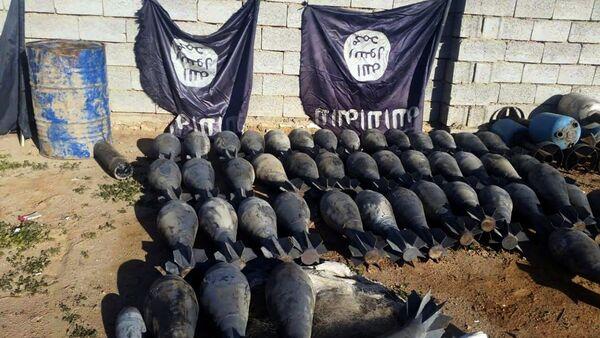 Оружие и взрывчатые вещества, изъятые иракскими силовиками у ИГ - Sputnik Узбекистан