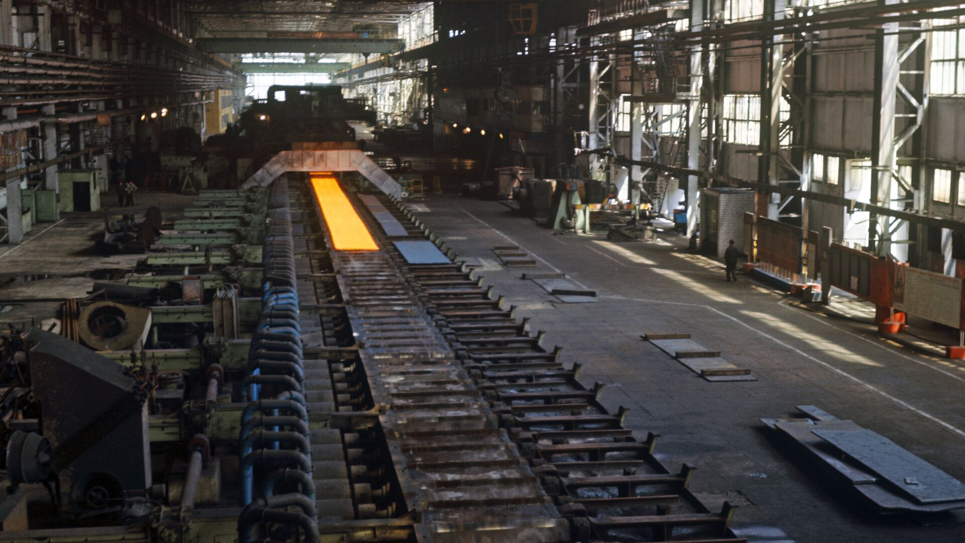 Прокат стали на металлургическом заводе - Sputnik Узбекистан, 1920, 19.09.2021