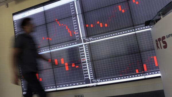Сотрудник в офисе фондовой биржи - Sputnik Узбекистан