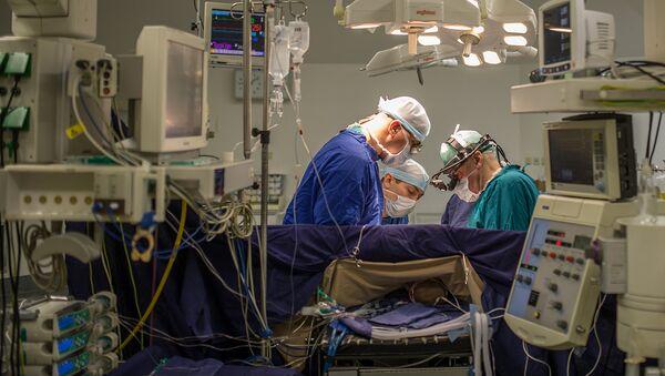 Кардиохирурги в операционной - Sputnik Узбекистан