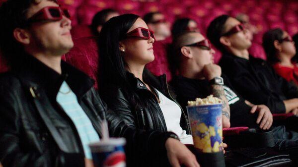 Зрители сидят в кинотеатре - Sputnik Узбекистан
