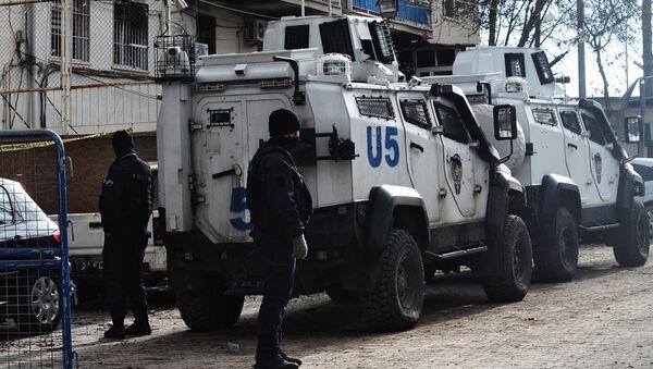 Turkiyada portlash roʻy bergan joyni politsiyachilar qurshab oldi. - Sputnik Oʻzbekiston