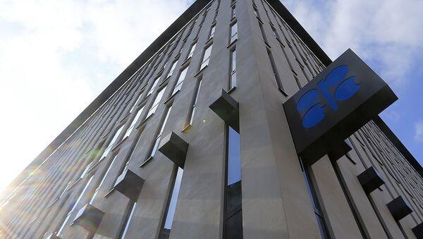 Логотип OPEC на фасаде здания - Sputnik Узбекистан