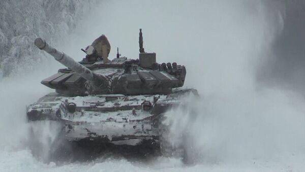 Танки Т-72 маневрировали на отборочном турнире к Армейским играм - Sputnik Узбекистан