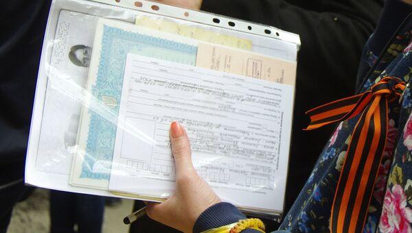Jenщina derjit papku s dokumentami - Sputnik Oʻzbekiston