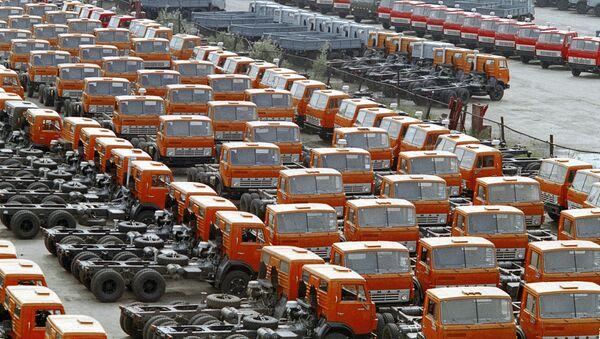 Автомобили КамАЗ на территории Камского автомобильного завода - Sputnik Ўзбекистон