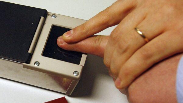 Работа сканера отпечатков пальцев  - Sputnik Ўзбекистон
