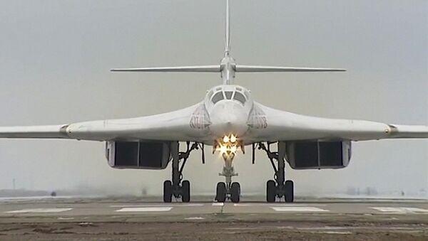 Rossiya HKKga qarashli Tu-160 raketatashuvchi-bombardimonchisi - Sputnik Oʻzbekiston