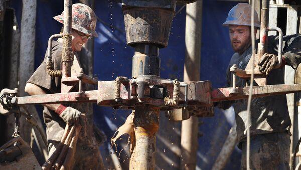 Нефтяники в процессе добычи нефти - Sputnik Ўзбекистон