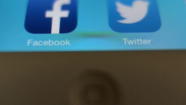 Иконки социальных сетей в смартфоне - Sputnik Узбекистан