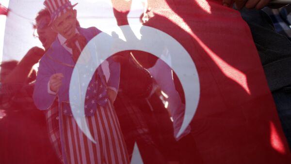 Флаг Турции на акции протеста - Sputnik Узбекистан