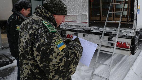 Сотрудники пограничной службы Украины у грузового автомобиля - Sputnik Узбекистан