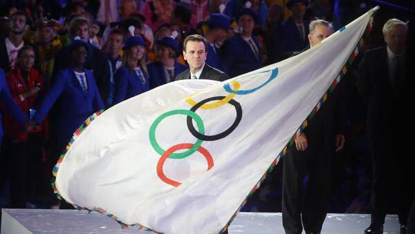 Rio-de-Janeyro meri Eduardu Paesh Olimpiada bayrogʻi bilan - Sputnik Oʻzbekiston